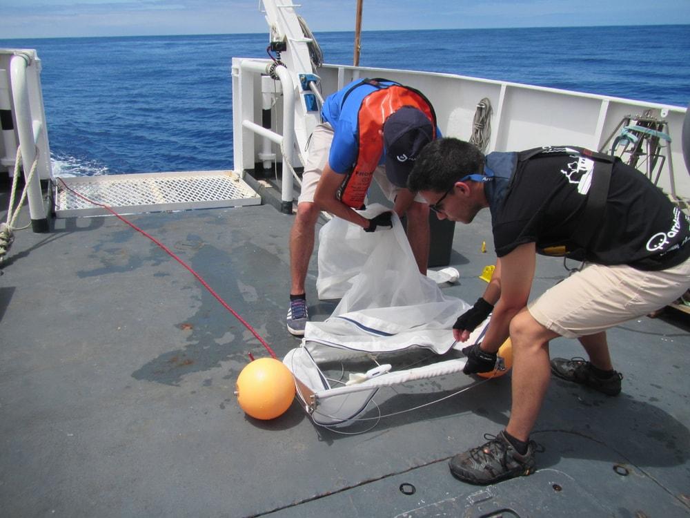 Preparação da rede Manta Trawl para amostragem de micro e mesoplásticos na coluna de água